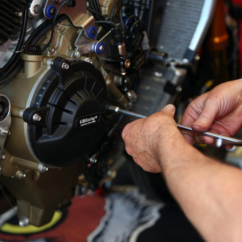 Mechanic-with-V4R-Clutch-2019_i